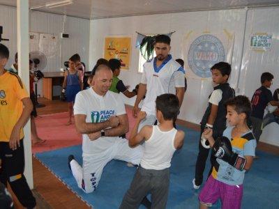 Kick-boxot és emberséget tanított a menekülttáborban Mórádi Zsolt